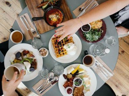 Kunterbunt an einem Tisch – gemeinsames Essen verbindet!